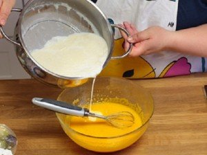 Cách làm bánh flan bằng lò vi sóng-hình số-1