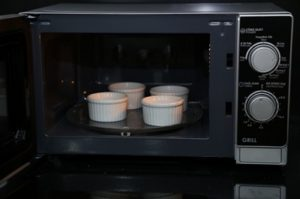 Cách làm bánh Flan từ lò vi sóng rất đơn giản-hình số-12