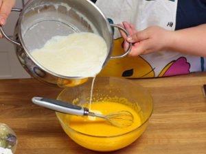 Hướng dẫn làm bánh flan dùng sữa tươi vị ngọt thơm mát-hình số-6