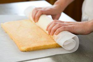 Bí quyết làm bánh bông lan cuộn kem ngon mê ly-hình số-8
