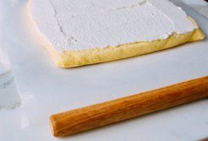 Bí quyết làm bánh bông lan cuộn kem ngon mê ly-hình số-7