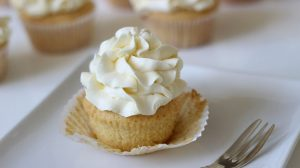 Chia sẽ cách làm bánh cupcake vani thơm nứt mũi-hình số-6