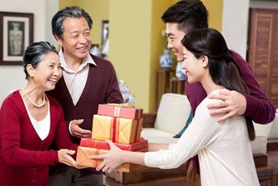 Nên chọn quà tết như thế nào để tặng gia đình người yêu-hình số-1